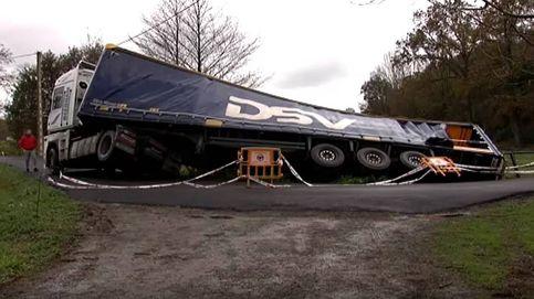 Un camionero polaco vuelca en un arroyo en Cantabria por hacer caso al GPS