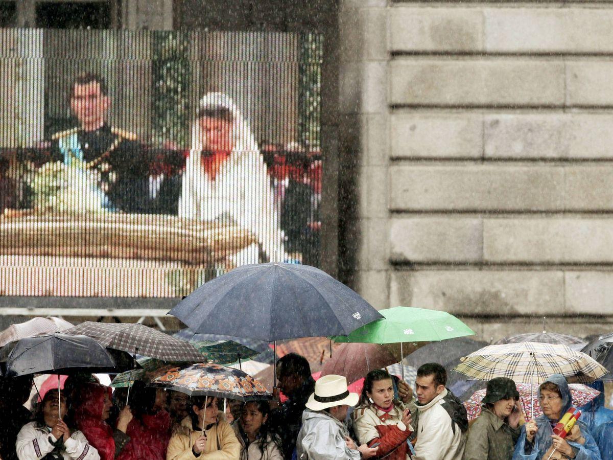 Foto: Los ciudadanos, atentos a la retransmisión. (Getty)
