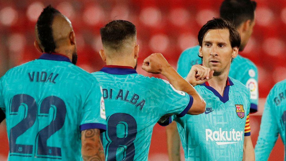 Foto: Messi celebra su tanto al Mallorca, que cerraba el marcador, con Jordi Alba. (EFE)