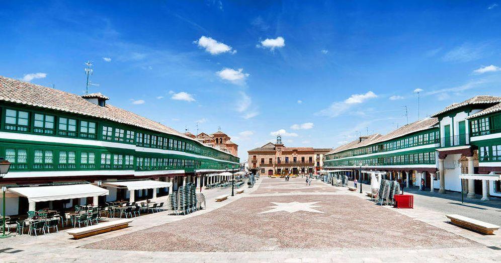 Foto: La Plaza Mayor de Almagro, verde sobre blanco. (Foto: Turismo de Castilla-La Mancha)