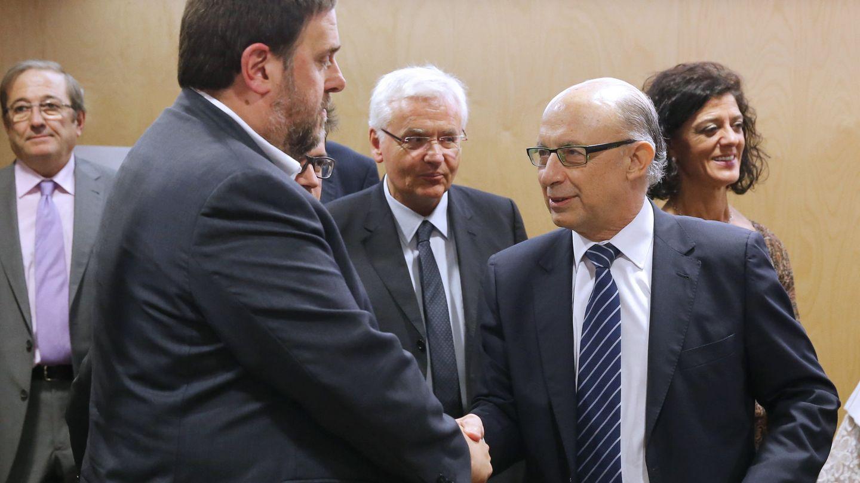 Cristóbal Montoro (d) y el vicepresidente catalán y 'conseller' de Economía, Oriol Junqueras. (EFE)