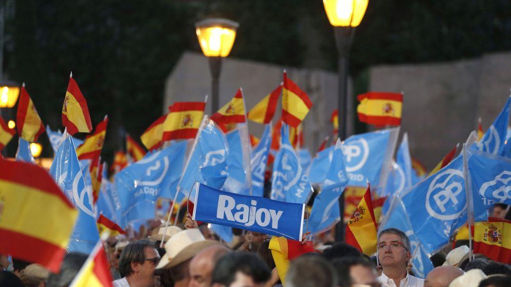 Foto: Banderas de España y del PP en un acto en 2016. (EFE)