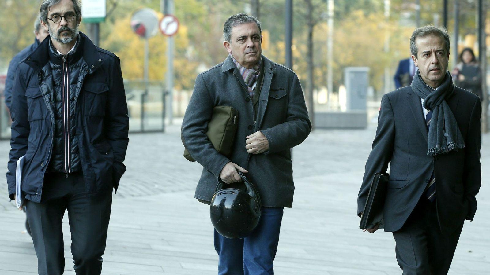 Foto: Jordi Pujol Ferrusola, primogénito del expresidente de la Generalitat (c), acompañado de sus abogados. (EFE)