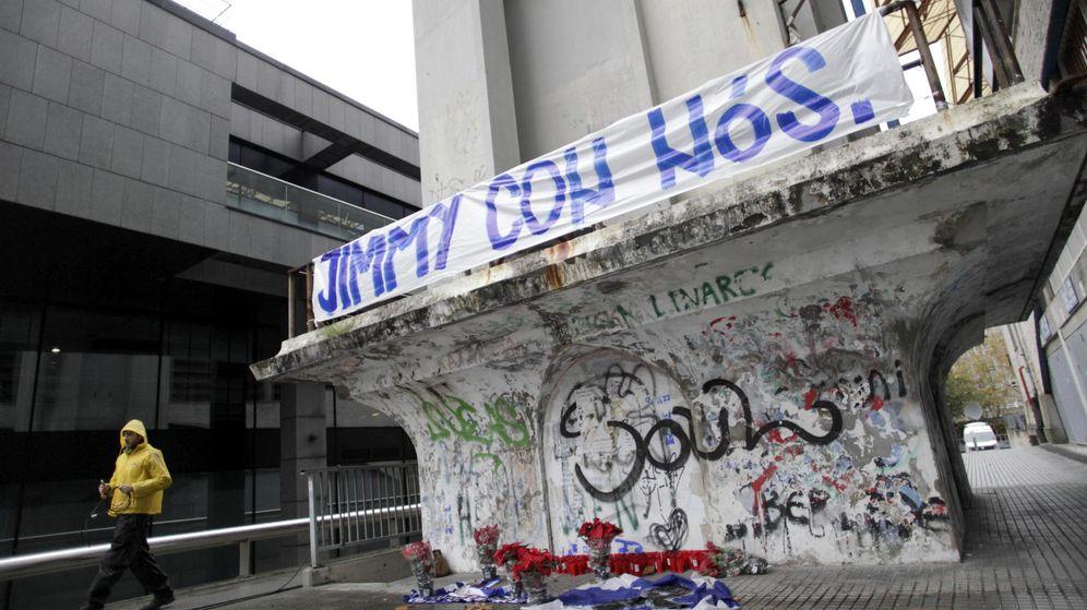 Foto: Velas, banderas y flores bajo una pancarta con el lema Jimmy con nós (Jimmy con nosotros) colocada en el exterior del estadio coruñés de Riazor en memoria de Jimmy. (EFE)