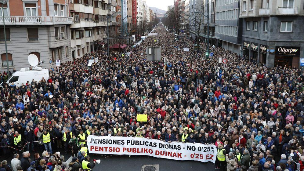 Foto: Manifestantes en la protesta del sábado en Bilbao contra la política del Gobierno con las pensiones. (EFE)
