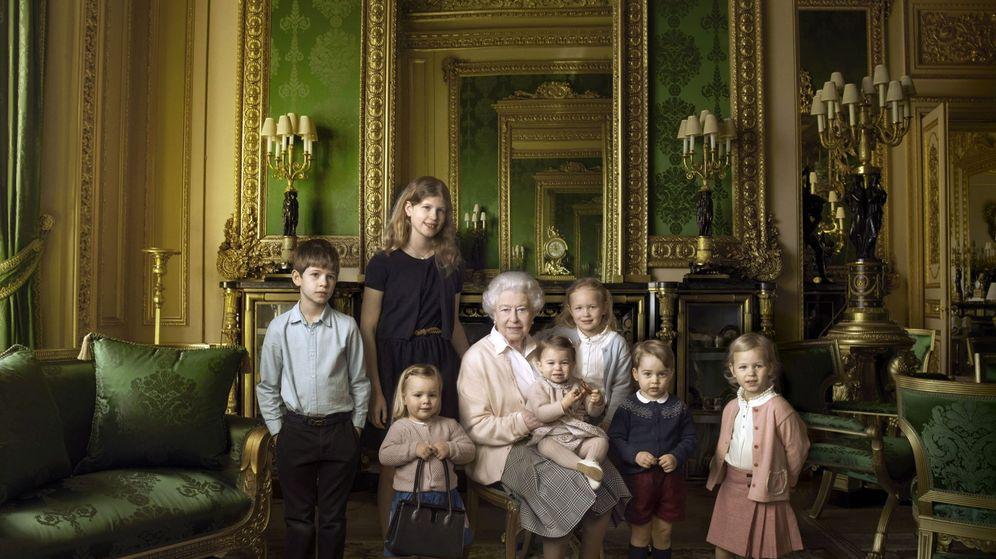 Foto: La reina Isabel II con sus bisnietos y sus dos nietos pequeños, en su 90 cumpleaños. (EFE)