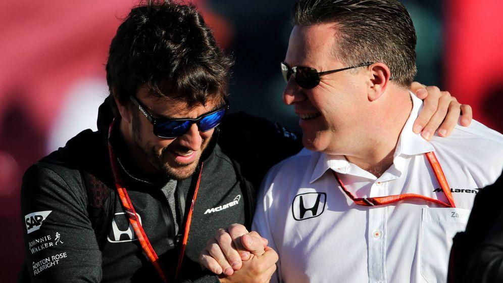 Foto: Fernando Alonso y Zak Brown en Montmeló hace un par de años. (EFE)