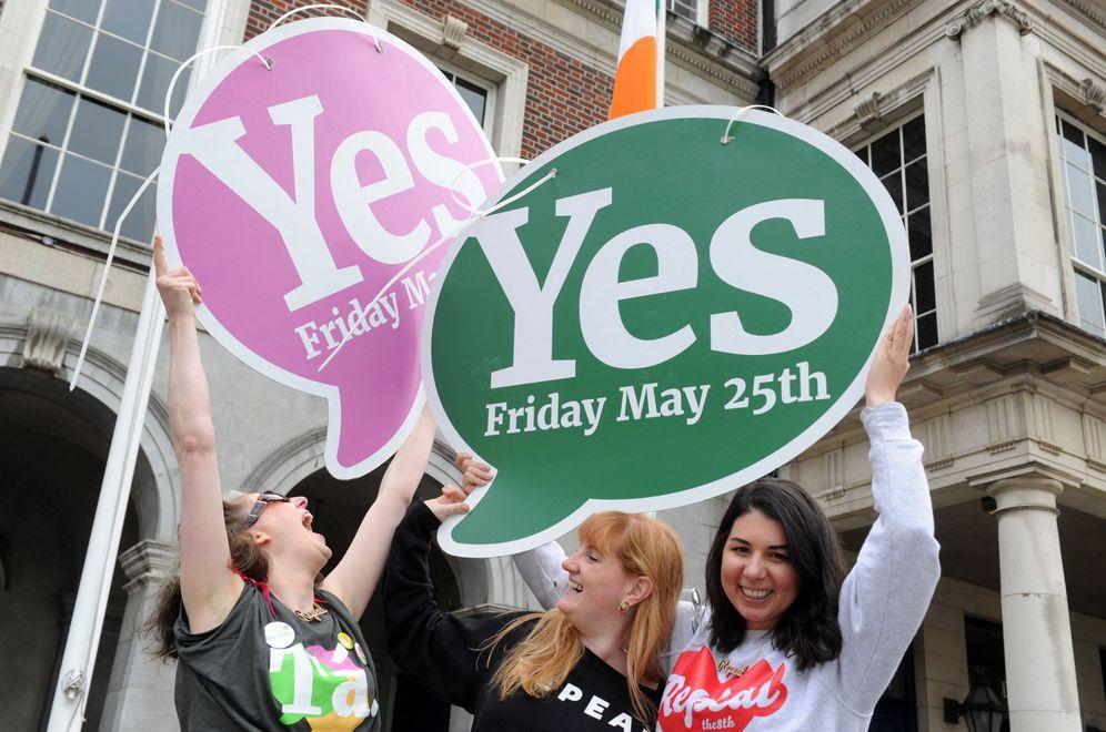 Foto: Varias mujeres celebran en Dublín los resultados de los primeros escrutinios. (EFE)