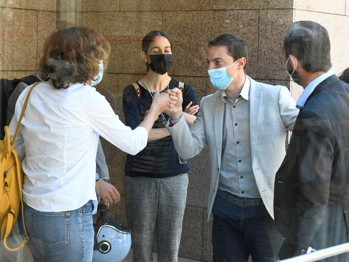 Foto: Juan Lobato saluda a sus compañeros en la Asamblea de Madrid. (EFE)