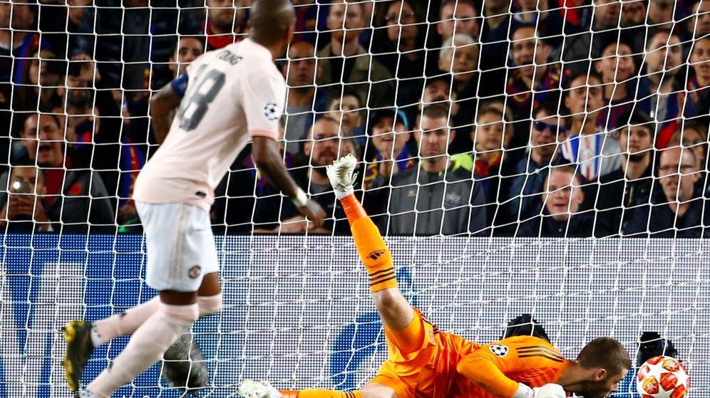 Foto: El momento en que a De Gea se le cuela el balón entre las manos y el cuerpo en el segundo gol de Messi. (EFE)