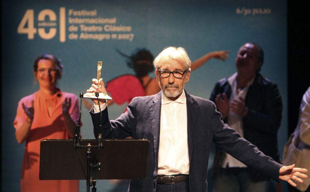Foto: Sacristán recogiendo emocionado el Premio Corral de Comedias (Efe)