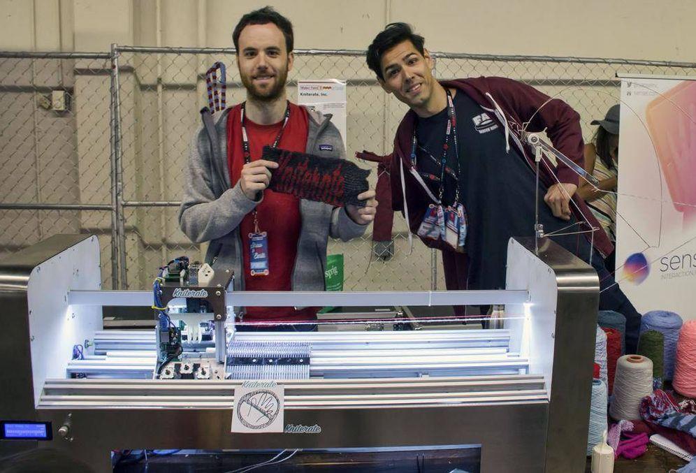 Foto: Gerard Rubio y Triambak Saxena, cofundadores de Kniterate, en el Maker Faire Bay Area. (Gerard Rubio)