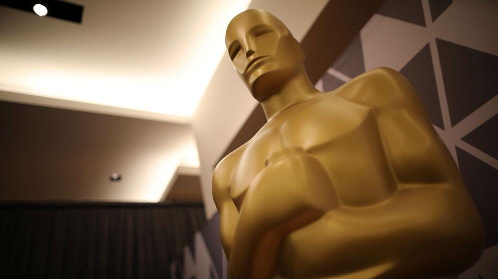 Foto: Una estatua con forma de Oscar en el Dolby Theatre de Los ángeles. (Reuters)