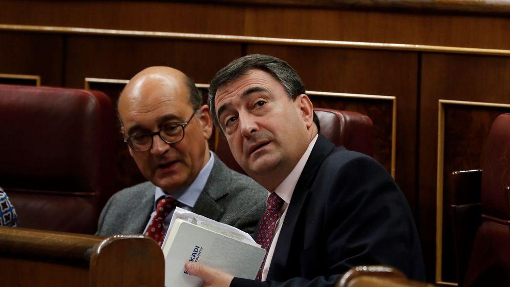Foto: Los diputados del PNV Aitor Esteban (d) y Mikel Legarda. (EFE)