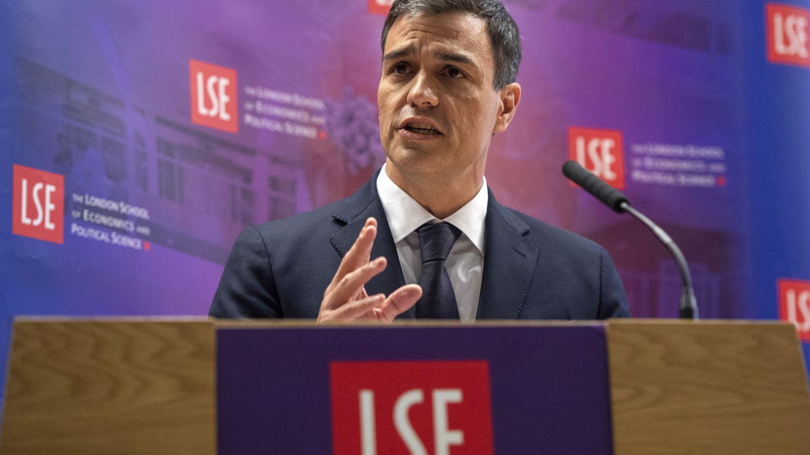 Foto: Pedro Sánchez, este 8 de mayo impartiendo una conferencia en la London School of Economics, en la capital británica. (EFE)