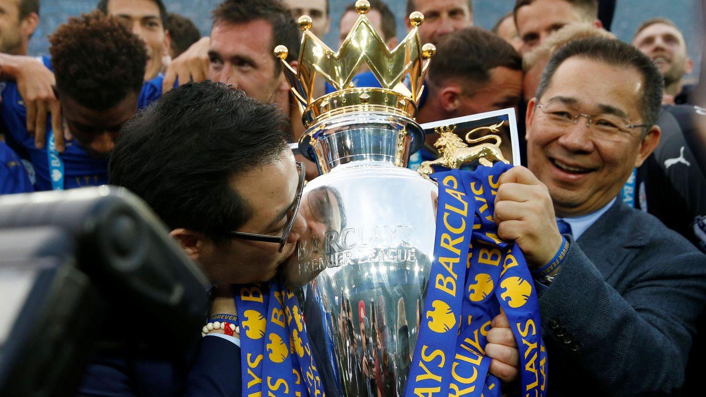 Vichai Srivaddhanaprabha (d) compró el Leicester City en 2010. En 2016 el club ganó la Premier League por primera vez. (Reuters)