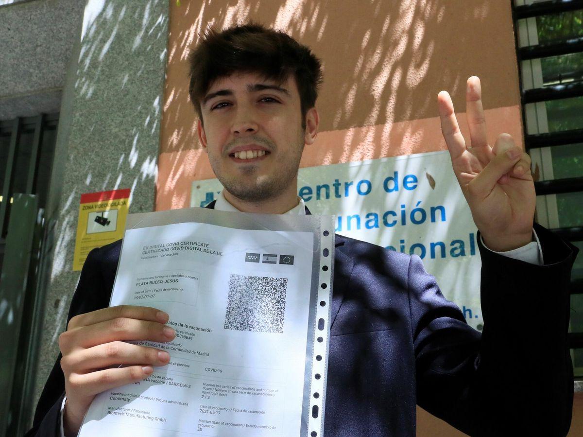 Foto: Un joven muestra un certificado de vacunación. (EFE)