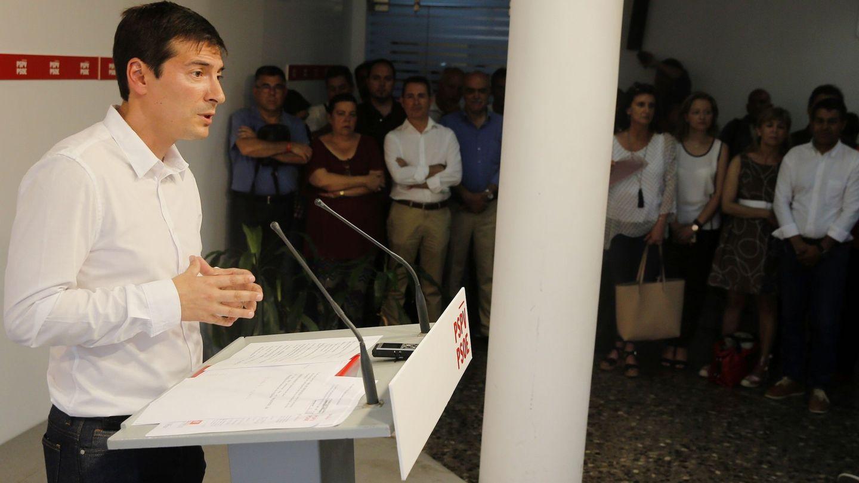 Rafa García, alcalde de Burjassot, en la sede del PSPV-PSOE donde ha presentado su candidatura a las primarias frente a Ximo Puig. (EFE)