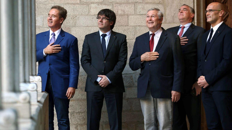 Puigdemont, con los congresistas estadounidenses Dana Rohrabacher (3d) y Brian Higgins (i). (EFE)