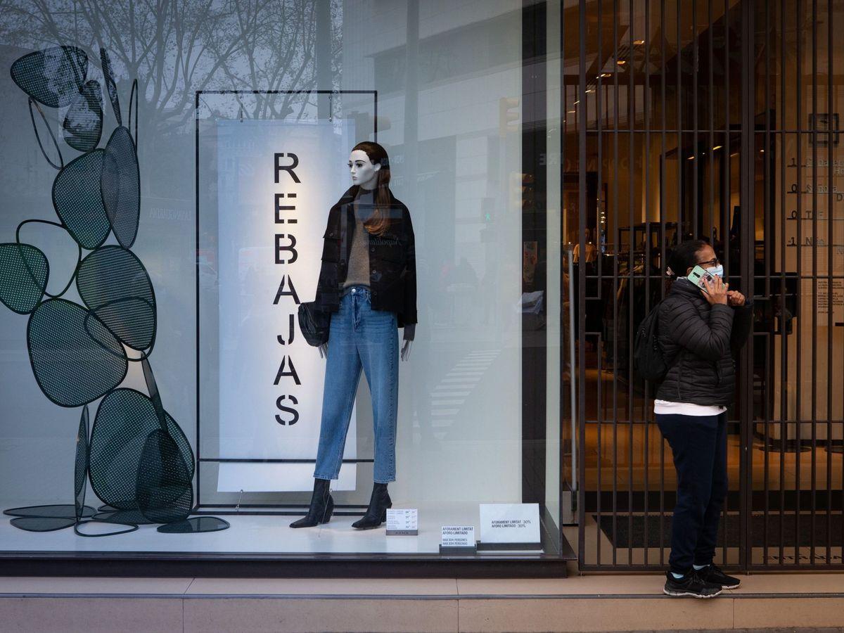 Foto: Un escaparate que anuncia las rebajas en Barcelona. (Efe)