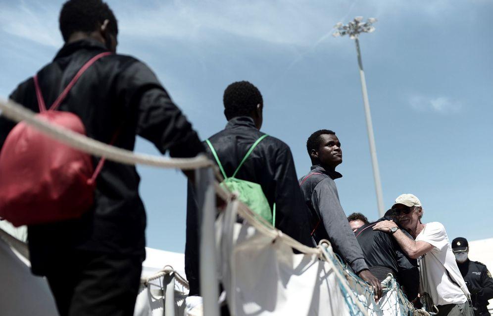 Foto: Fotografía facilitada por Médicos Sin Fronteras, del desembarco de inmigrantes este domingo en Valencia. (EFE)