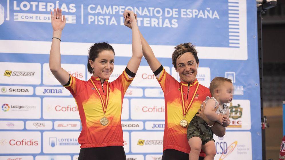 Foto: Leire Olaberria subió a su hijo al podio tras ganar el oro en madison junto a Eukene Larrarte en el Campeonato de España de octubre de 2017.