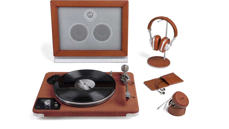 Foto: Imagen del tocadiscos, rodeado de diferentes accesorios,.