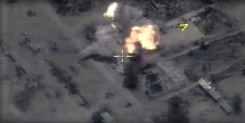 Foto: Fotograma de un video facilitado por el Ministerio de Defensa ruso de una vista aérea tras bombardeos misiles de crucero Kalibr en Palmira, Siria. (EFE)