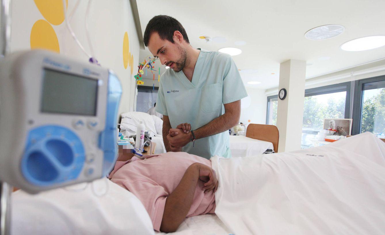 Foto:  El fisioterapueta ayuda a los niños de la fundación. (Foto: E.Villarino)