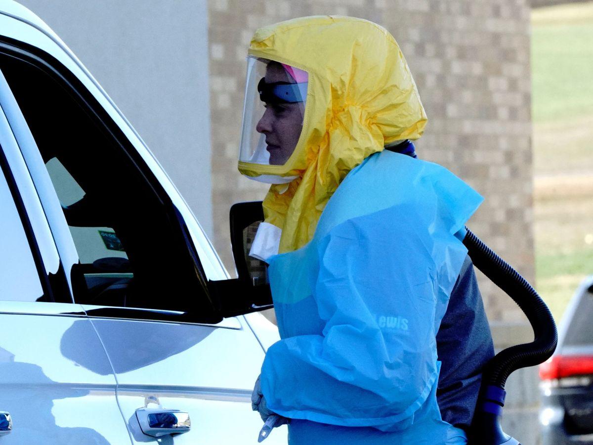 Foto: Una sanitaria realiza un test en el parking en Dakota del Sur. (Reuters)