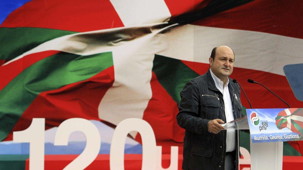 Foto: El presidente del PNV, Andoni Ortuzar, en un homenaje a la ikurriña. (EFE)