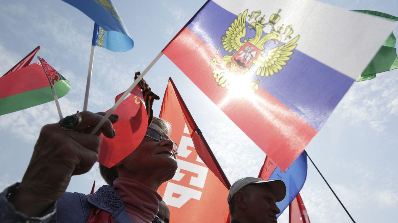 Una comunista durante la marcha por el Día Internacional de los Trabajadores (Reuters).