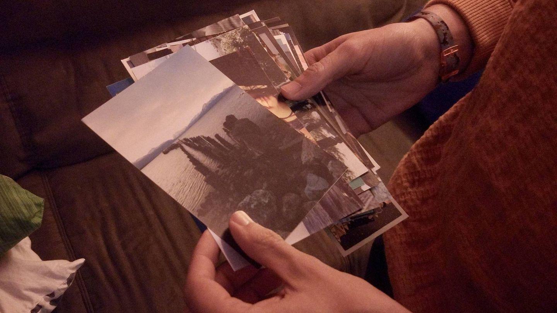Sara y Santacruz miran las fotos de su vida en Chile. (C.S)