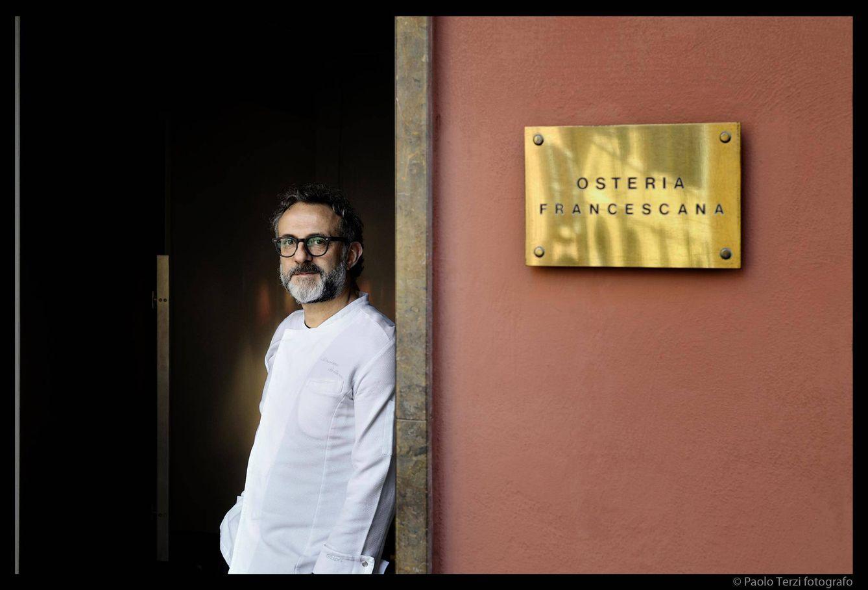 Foto: Massimo Bottura, a la puerta de la Osteria Francescana (Foto: Facebook)