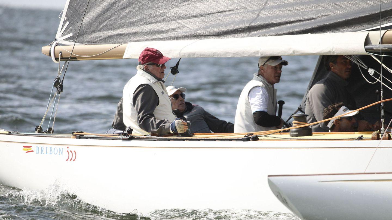 El rey Juan Carlos, a bordo del Bribón, durante el Campeonato del Mundo de Vela, categoría 6 metros, el pasado 3 de agosto de 2019 en Hanko, Finlandia. (Reuters)