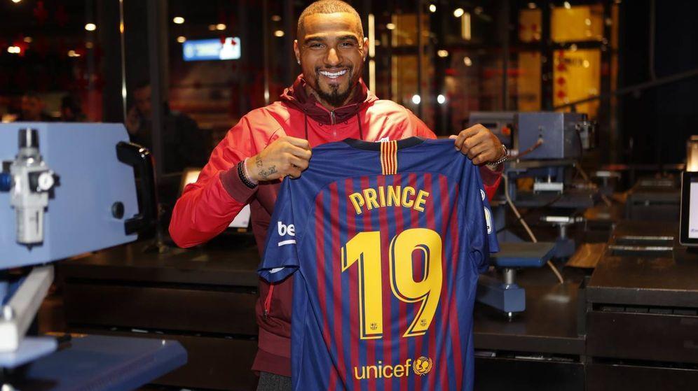 Foto: Boateng posando con su nueva camiseta del FC Barcelona. (FC Barcelona)