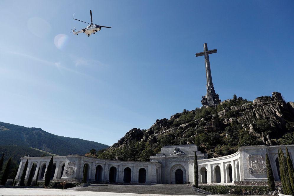 Foto: El helicóptero con los restos de Francisco Franco sale del Valle de los Caídos tras su exhumación, el pasado 24 de octubre. (Reuters)