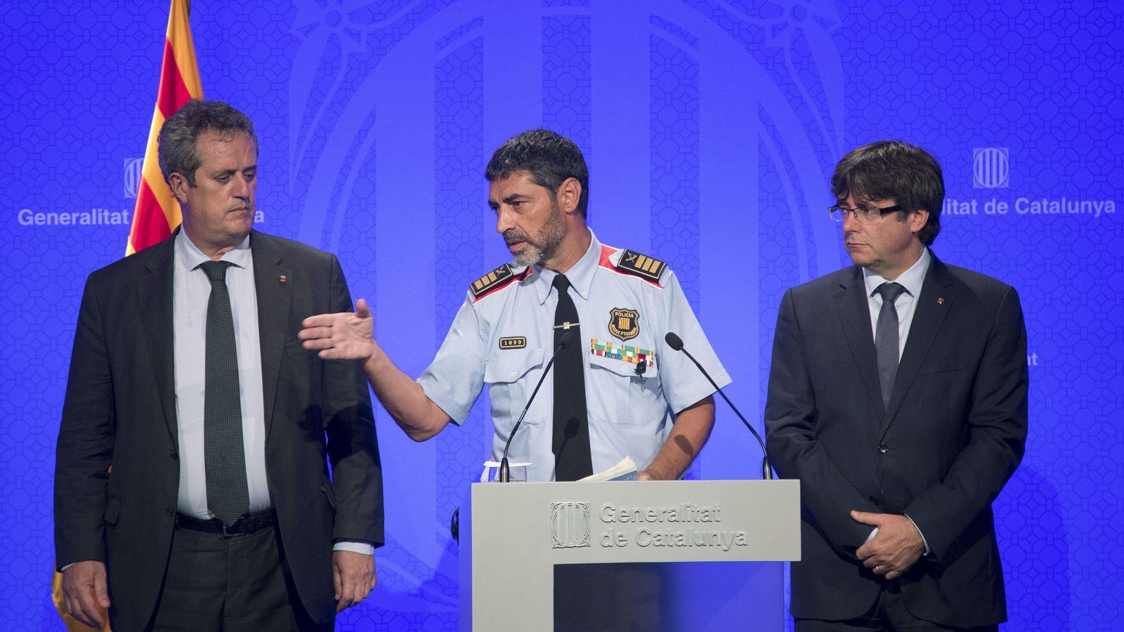 Foto: El presidente catalán, Carles Puigdemont, junto al conseller de Interior, Joaquim Forn, y el mayor de los Mossos d'Esquadra, Josep Lluís Trapero. (Efe)