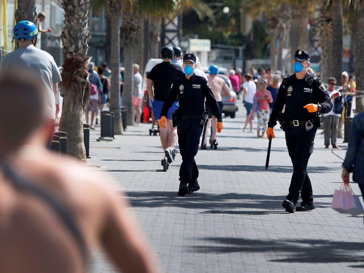 Foto: Imagen de recurso de Policías en las playas de benidorm