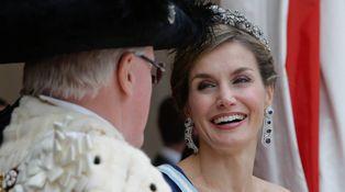 Pendientes, tiara, vestidazo y una gran sonrisa: Letizia lo da todo en la City