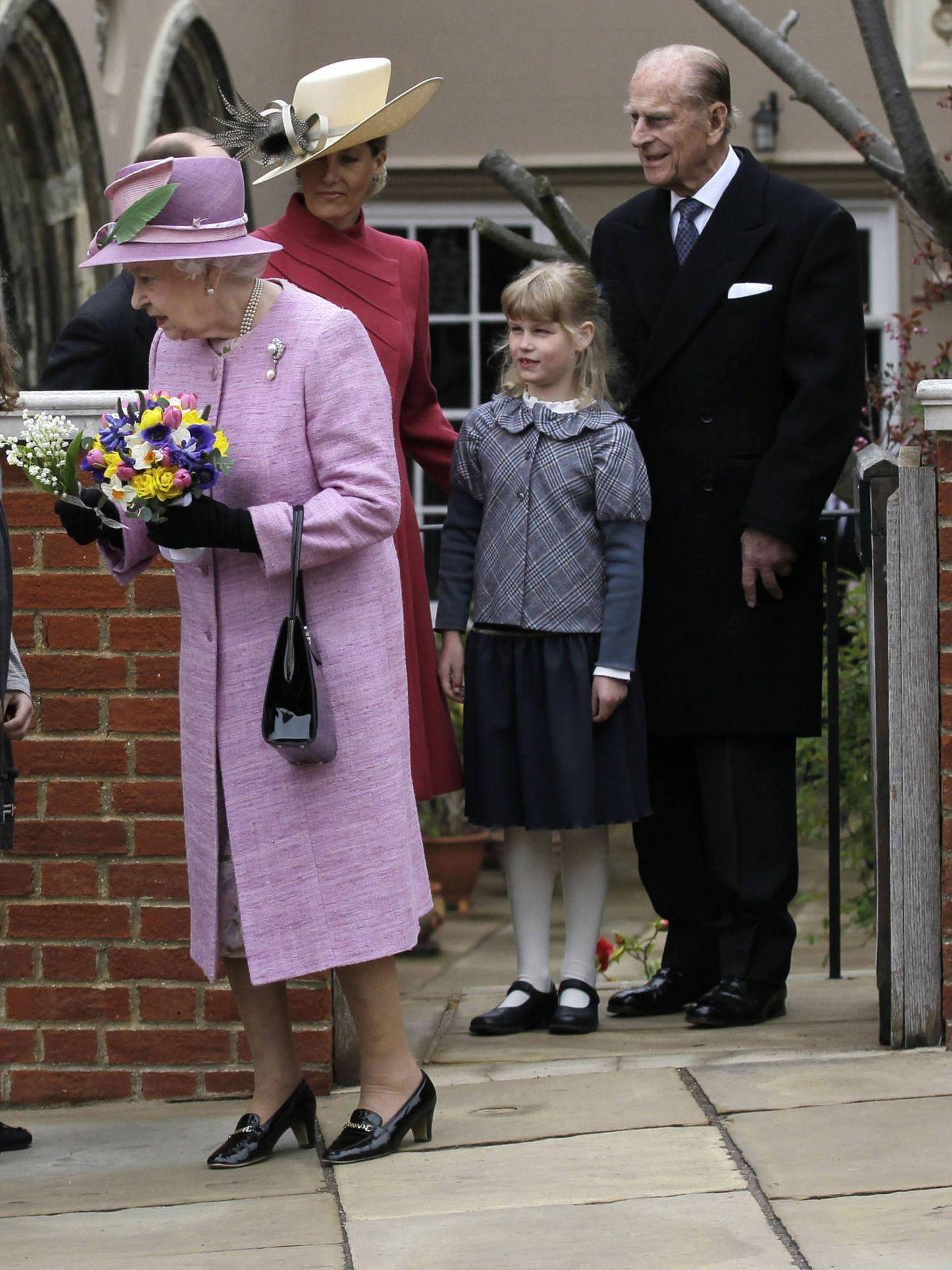 El duque de Edimburgo, con Lady Louise y la reina Isabel. (Getty)