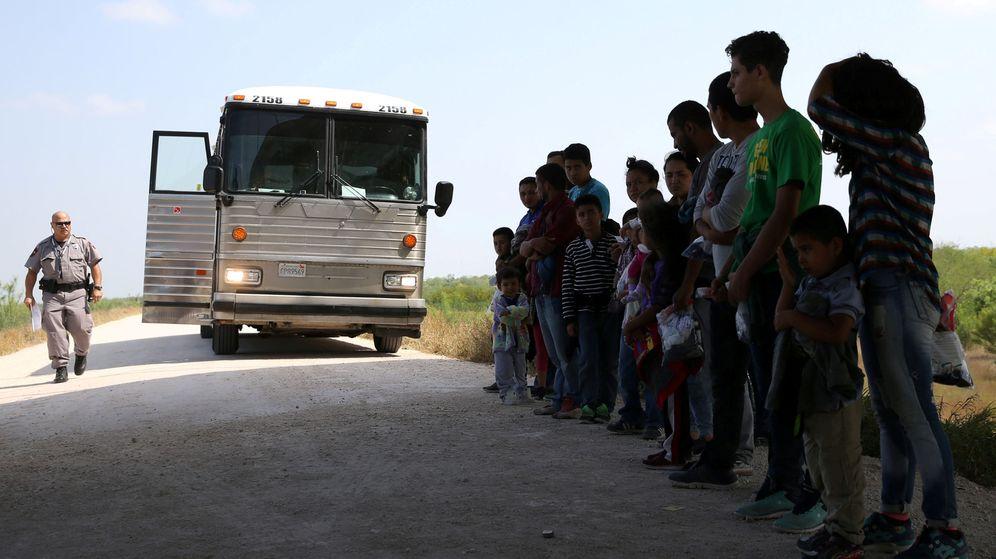 Foto: Imagen de archivo de migrantes tras cruzar ilegalmente la frontera entre México y Estados Unidos. (Reuters)