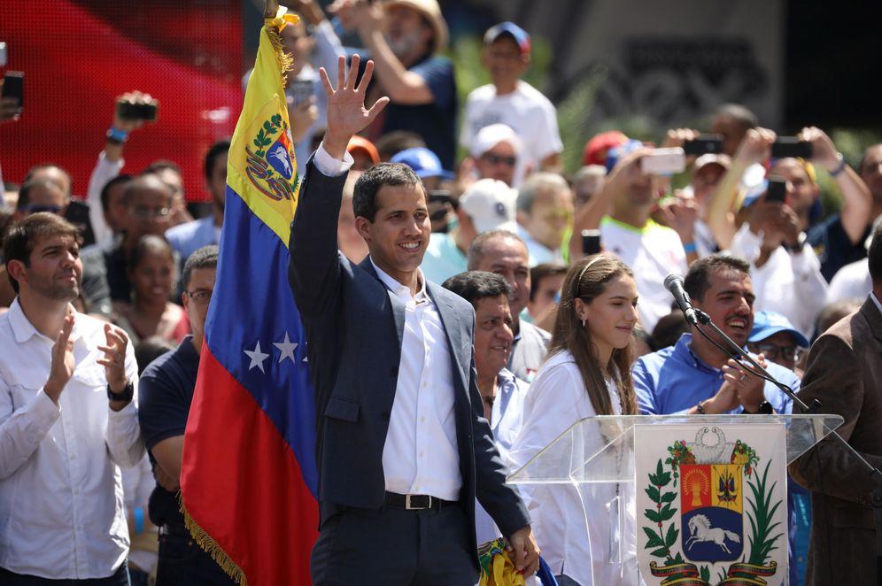 Foto: Juan Guaidó saluda a sus seguidores en la multitudinaria marcha en Caracas contra Nicolás Maduro del pasado 2 de febrero. (Reuters)