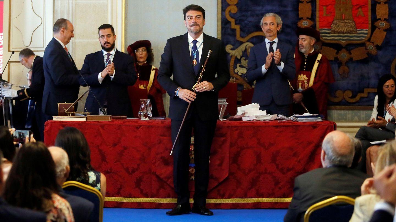 Luis Barcala, posa con la vara de mando tras ser investido alcalde de Alicante. (EFE)