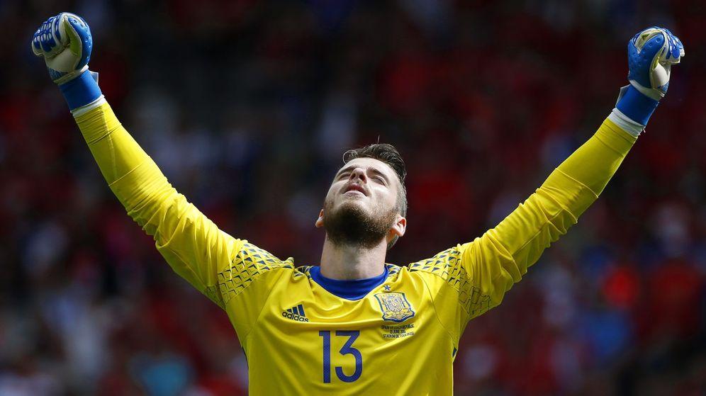 Foto: De Gea alza los brazos con el gol de Piqué (Rungroj Yongrit/EFE/EPA).