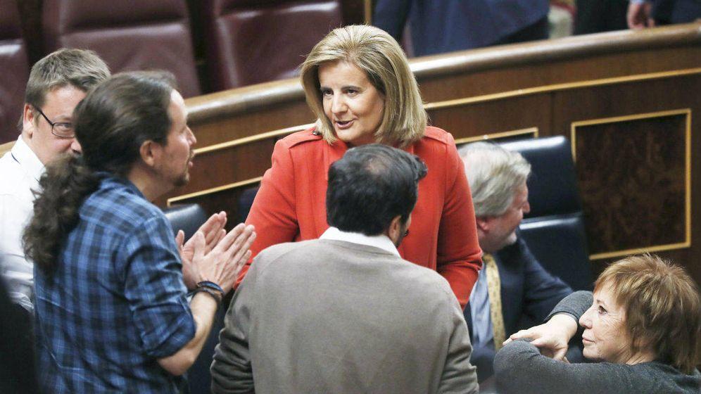 Foto: La ministra de Empleo, Fátima Báñez (c), conversa con el líder de Podemos, Pablo Iglesias. (EFE)