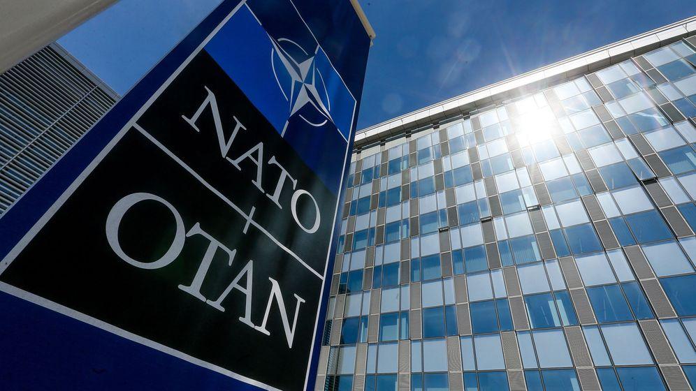 Foto: Un cartel con el logotipo de la OTAN delante de su sede en Bruselas. (EFE)