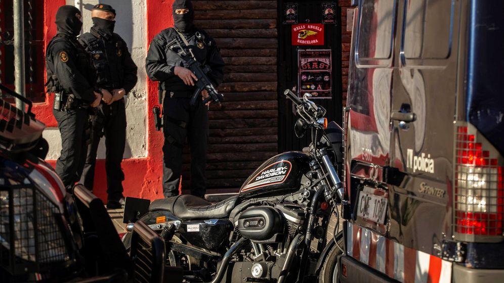 Foto: Imagen de archivo de una operación policial de los Mossos contra los Ángeles del Infierno en Cataluña por tráfico de drogas. (EFE)
