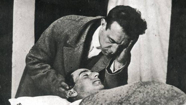 Ignacio Sánchez Mejías junto al cadáver de Joselito