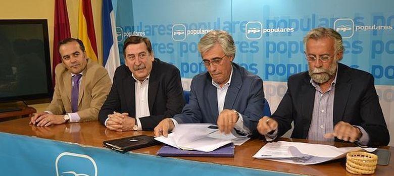 Foto: El senador del PP por Toledo, Tomás Burgos Beteta (2d). (EFE)